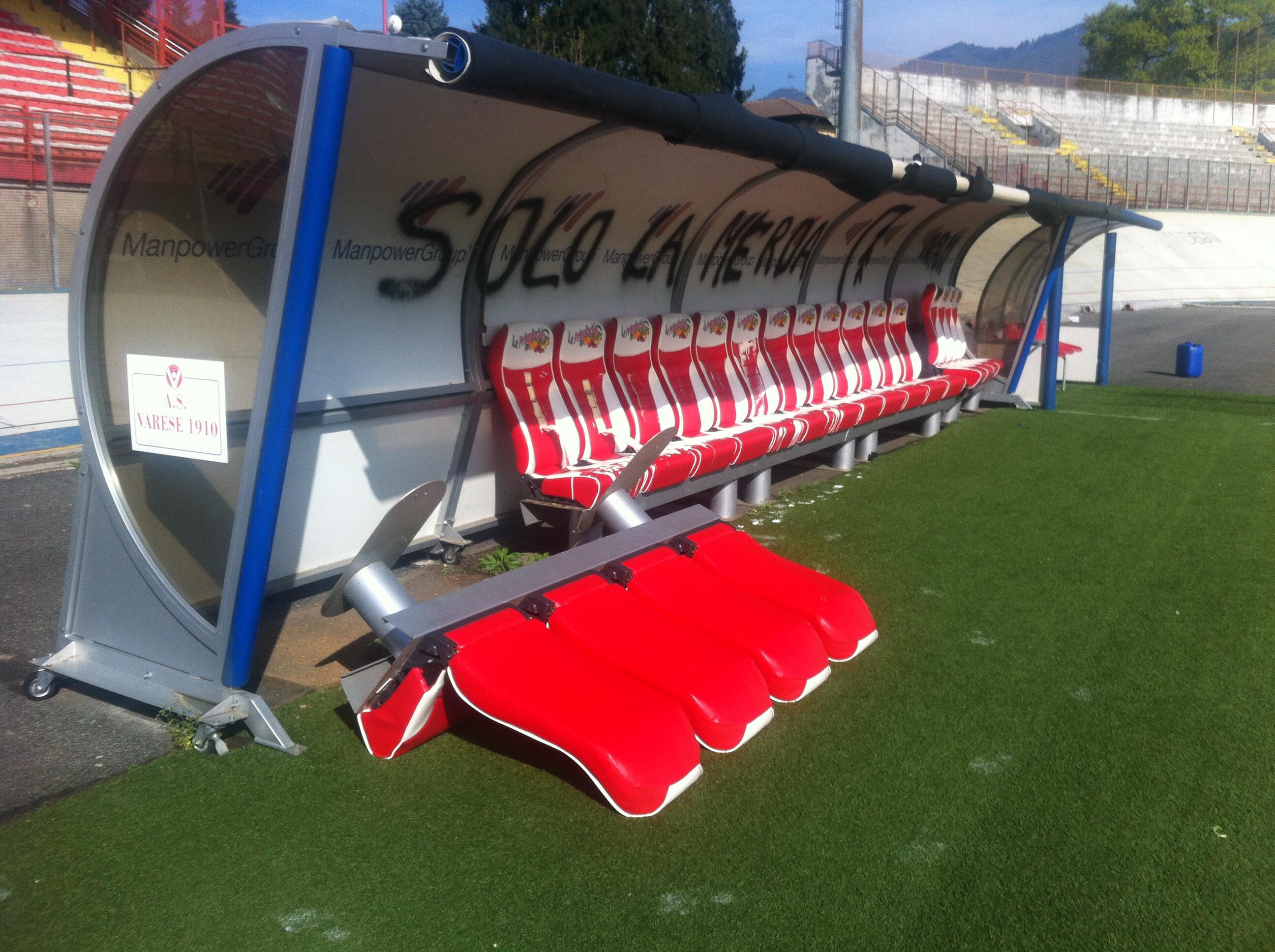 Stadio devastato, i tifosi del Varese dichiarano guerra e bloccano il calcio – FOTO E VIDEO