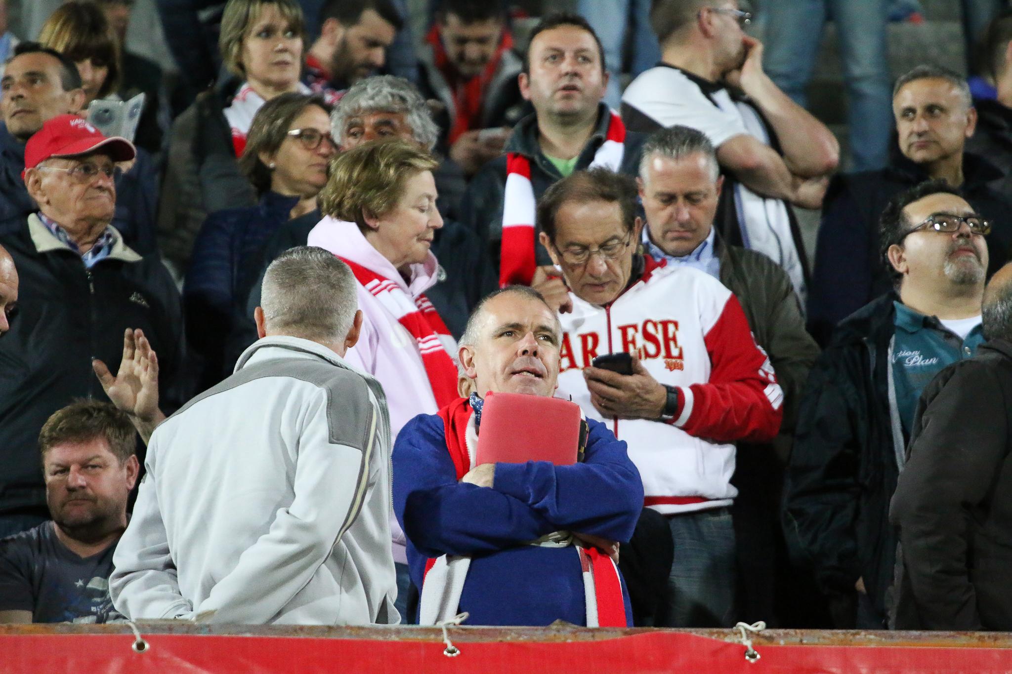 """Tipi da stadio 2.0: tifosi in un """"Franco Ossola"""" illuminato – FOTOGALLERY"""