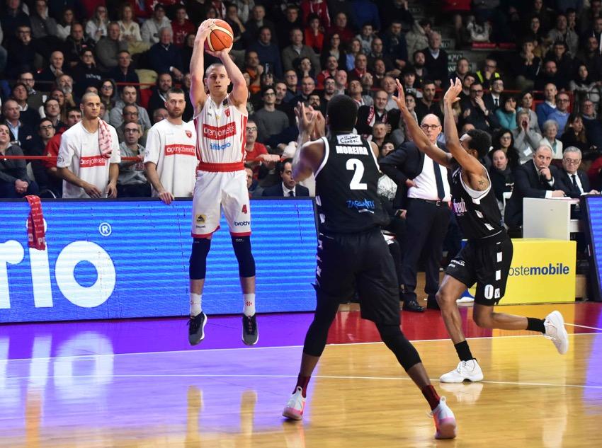 Bologna spietata, Varese lotta, ma si arrende 79-86
