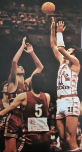 pallacanestro varese dino meneghin al tiro contro ratko radovanovic